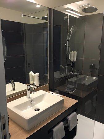 Hyperion Hotel Hamburg: Badezimmer Mit Begehbarer Dusche, Sehr Sauber!