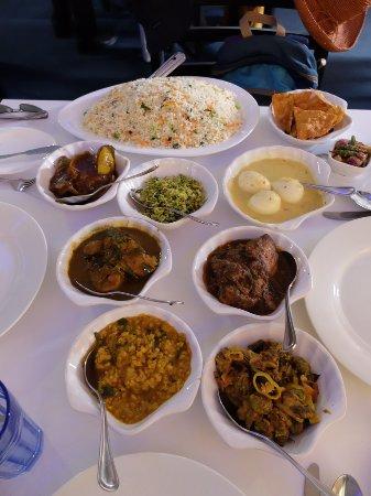 主菜:カレー7種(インドマグロ/チキン/卵/なす/キャベツ/豆/オクラ)とフライドライス、パパダン、サンボル