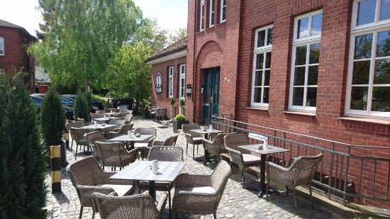 Langenhagen, ألمانيا: Bei schönem Wetter kann man am Bahnhofsplatz sitzen.