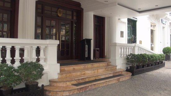Sofitel Legend Metropole Hanoi : 本館の玄関、新館と似ている