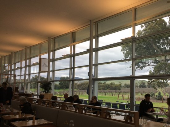 Rowland Flat, Australia: The restaurant with views over the vineyard