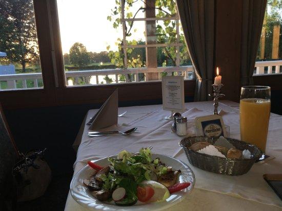 Muhldorf am Inn, Γερμανία: Vorspeise Salat mit Saitlingen und Brot