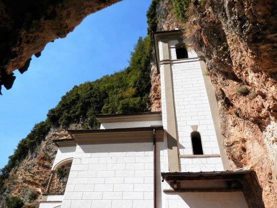 Vergemoli, Italy: La chiesa dall'ingresso della grotta.