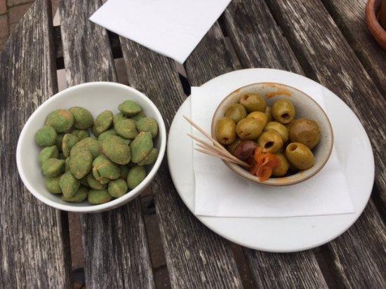 Χάι Γουάικομπ, UK: Marinated olives and wasabi nuts