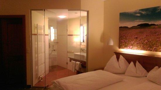Gmuend, Austria: Zimmer mit offenem Bad