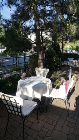 Mamaison Hotel Andrassy Budapest: Behçe masalar La Perle Nuire  öğle yemeği öncesi