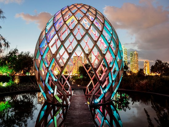 Шарджа, ОАЭ: Enjoy modern art installations and the enchanting butterfly house at Al Noor Island