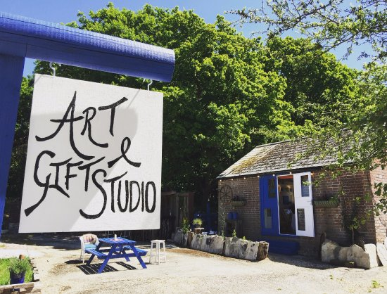 Wareham, UK: Esme's Art & Gift Studio is the perfect place to visit on a rainy or sunny day!