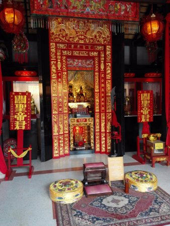 Maret, Tailandia: Shrine - from inside.