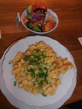 Rottenbuch, ألمانيا: Kasspazn (spätzle bianchi con formaggio fuso ed erba cipollina, insalata)