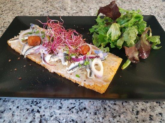 Quetteville, France: Tartine d'anchois marinés aux saveurs tomaté sur lit de marmelade d'oignons