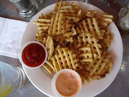 Driggs, Αϊντάχο: Freshly sliced, with wonderful fry sauce. Perfect!