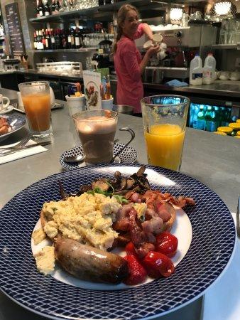 Бишопс-Стортфорд, UK: Breakfast at the bar