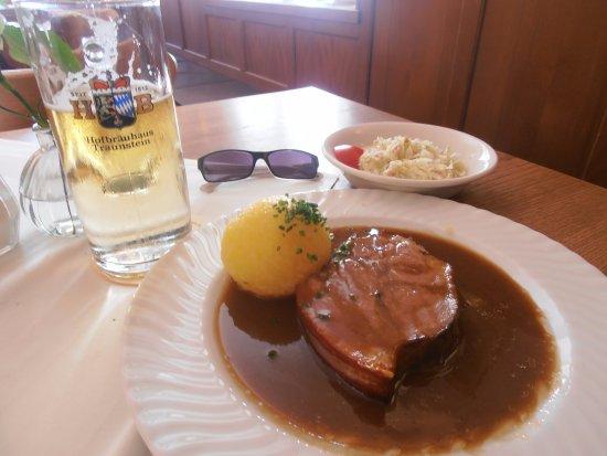 Upper Bavaria, Tyskland: Schweinebraten (arrosto di maiale) cotto nella birra con Knödel e insalata di crauti