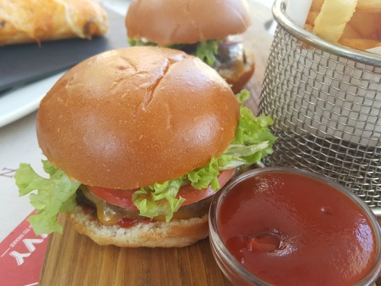 Dbayeh, Líbano: a good burger is also made with a prime beef and DIVVYS burgers are good