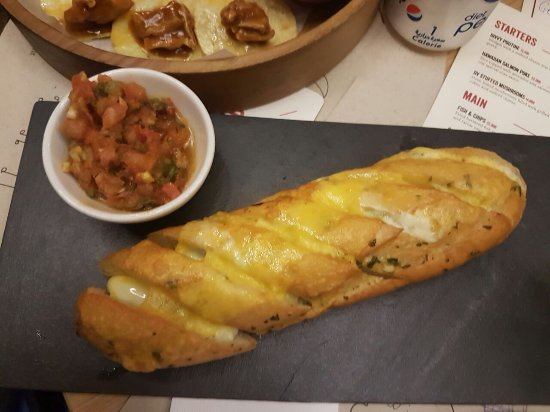 Dbayeh, Líbano: This is the famous cheesy garlic bread at DIVVY - to die for