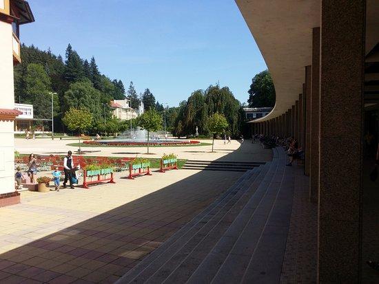 Luhacovice, Tsjechië: colonnato che porta all'ingresso principale delle terme