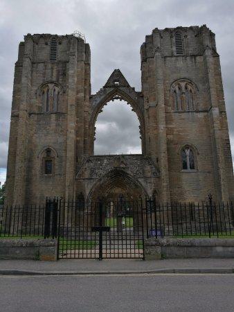 Элгин, UK: La facciata marstosa in cui si vede la torre a sx visitabile fino in cima