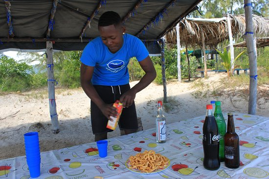 Grande Riviere Noire: Drinks and snacks are served
