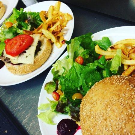 Plobsheim, فرنسا: Le burger Vosgien avec pain au sésame de Pains et traditions, steak haché de la ferme de la Boui