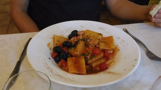 Caldonazzo, Itália: Paccheri con tonno fresco, capperi, olive e pomodorini