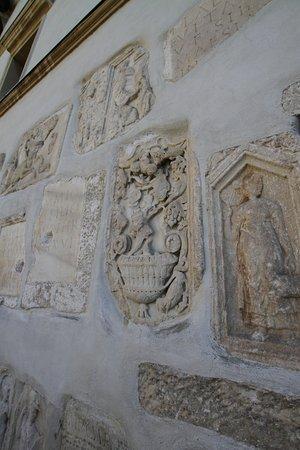 Leibnitz, Österreich: Römersteine in einer Mauer