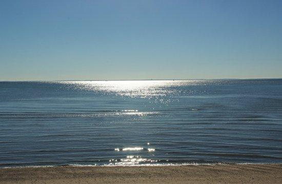 Fairfield, Коннектикут: Morning sun on the ocean