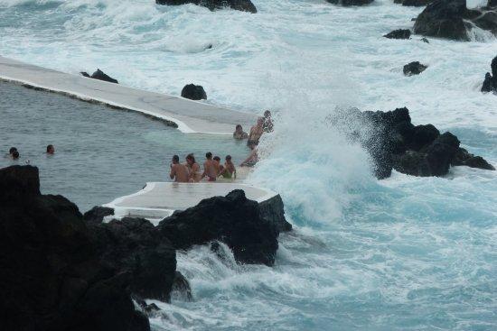 Porto Moniz Natural Swimming Pools: Vagues venant se briser dans la piscine