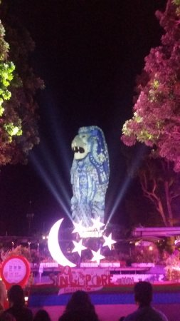 ‪‪Sentosa Merlion‬: Merlion during light show for Singapore National Day‬