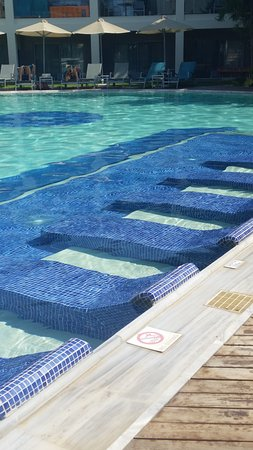 Minos Mare Royal: in-pool loungers
