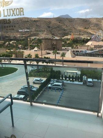 vista desde el pabellón B y entrada al parque desde el hotel
