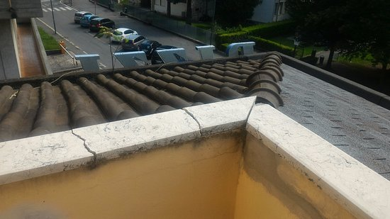Rizzi Aquacharme Hotel & Spa : marmi rotti, cavi, tettoia bisunta