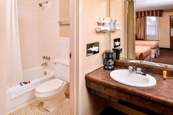 Americas Best Value Inn- Alliance : Two Double Guest Bathroom
