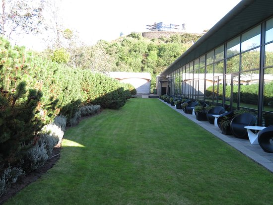 The Glasshouse, Autograph Collection: Rooftop garden (guest rooms on right)
