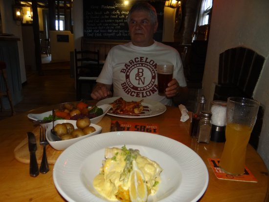 Ross-on-Wye, UK: Chicken in BBQ sauce and Baked Cod on a bed of bubble and squeak in a creamy leek sauce