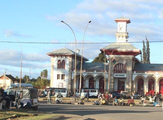 Antsirabe, Madagascar: Gare e bancarelle