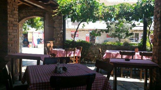 All esterno muretti di pietra pozzo bel pergolato con viti