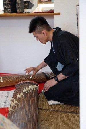 Nishitokyo, Japón: Playing the koto