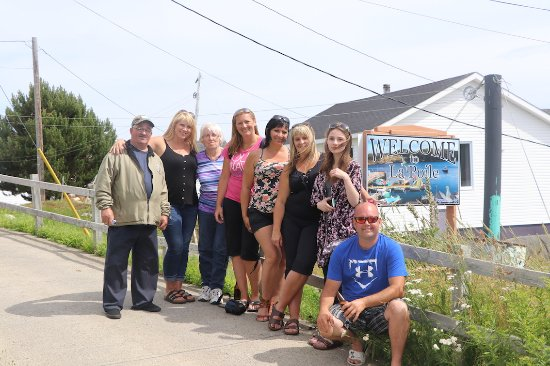 Port aux Basques, Canadá: Group photo in La Poile, one of the last surviving isolated fishing communities in Newfoundland.