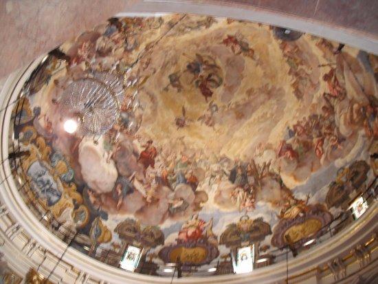 Basílica de la Virgen de los Desamparados: Los frescos del techo de la basilica.