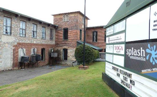 Lexington, Южная Каролина: The mill that houses Creekside Restaurant