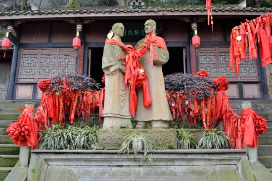"""Dujiangyan, الصين: It is also known as the """"side by side"""" bridge because the original was very narrow."""