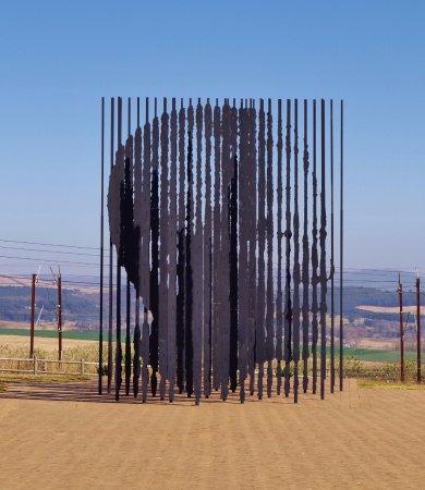 Howick, South Africa: Escultura de Mandela