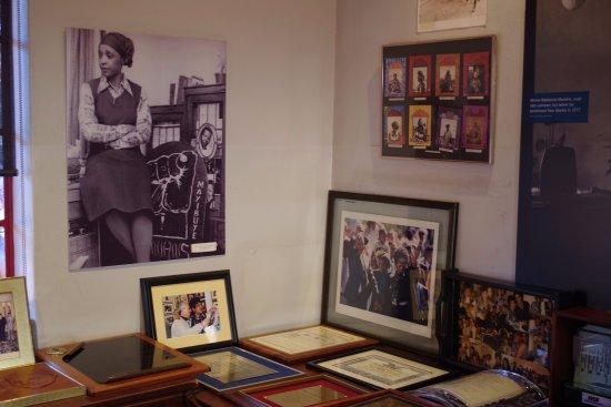 Greater Johannesburg, South Africa: Recuerdos de Mandela, con el retrato de su mujer