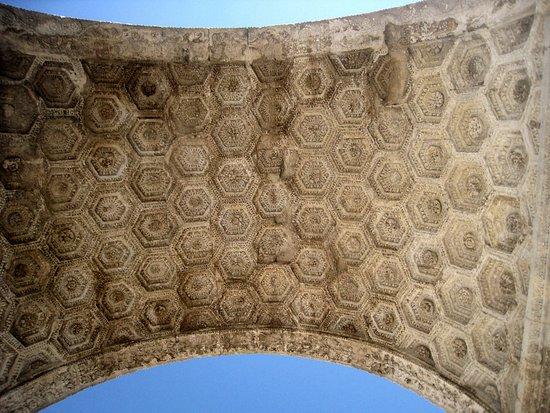 Saint-Remy-de-Provence, France: Voûte de l'arc de triomphe.