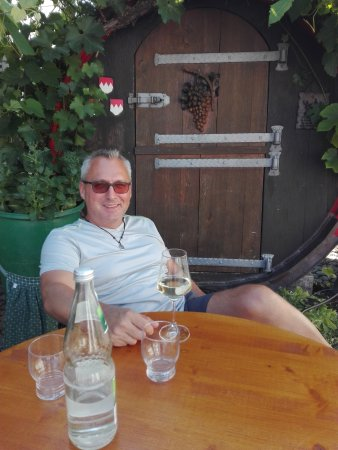 Dettelbach, ألمانيا: Sitzplatz vor Fass mit Sitzgelegenheit innen