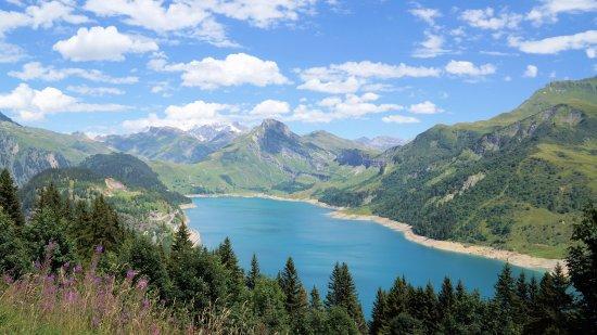 Areches, فرنسا: Lac de Roseland en vu au massif du Mont Blanc