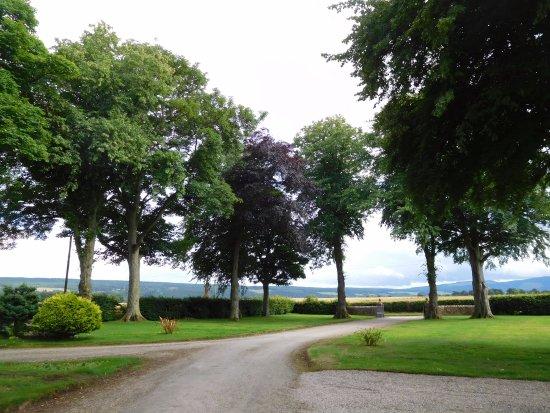 Fochabers, UK: Trochelhill driveway and car park area