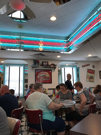DJ's Taste of the 50's: Very 50's Nice spot for lunch 🍴 homemade shakes, fries 🍟 and amazing 50's tuned. Felt like I w