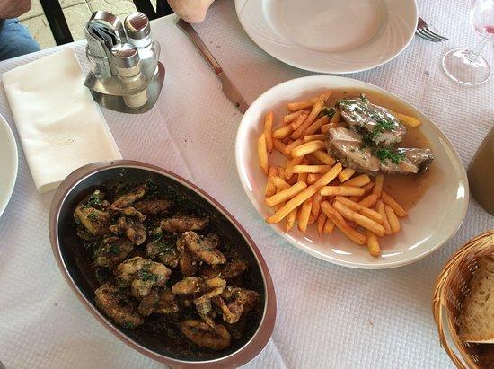 Violay, ฝรั่งเศส: Ancas de rana (izquierda) y guiso de ternera.